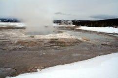 Ånga geyseren under vinter i den Yellowstone nationalparken i Wyoming USA royaltyfri fotografi