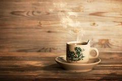 Ånga kaffe för traditionell kines i tappning råna och tefatet Fotografering för Bildbyråer
