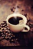 Ånga koppen av nytt bryggat kaffe. Royaltyfria Bilder
