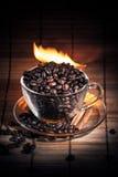 Ånga koppen kaffe på brand Royaltyfri Bild
