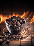 Ånga koppen kaffe på brand Royaltyfria Bilder