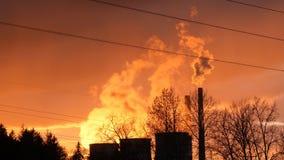 Ånga och rök från kyla torn av den arbetande kraftverket som stiger upp i strålarna av solnedgången längd i fot räknat 4k stock video