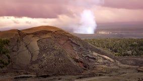 Ånga- och rökresning från den aktiva Halemaumau krater i Volc Royaltyfri Foto