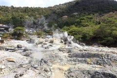 Ånga och varm vår i det Unzen berget i Japan Royaltyfria Bilder