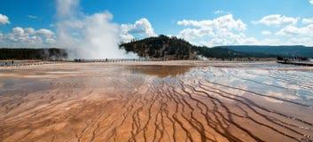 Ånga resningen från den excelsior geyseren i den halvvägs Geyserhandfatet i den Yellowstone nationalparken i Wyoming Arkivfoton