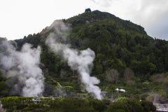 Ånga resningen från geotermiska Hot Springs i Furnas, Azores Fotografering för Bildbyråer