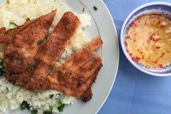 Ånga ris med grillat griskött - Vietnam kokkonst Arkivfoton