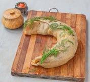 Ånga rulle som är välfylld med kött på en skärbräda Royaltyfri Fotografi