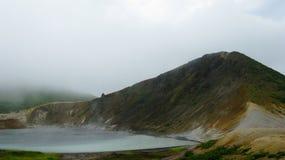 Ånga sjön i krater av den Golovnina vulkan i den Kunashir ön, Kurily, Ryssland arkivfoto