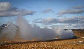 Ånga som kommer ut ur jorden i Island Arkivfoton