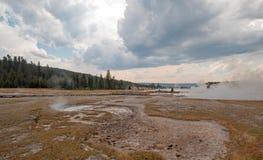 Ånga som lågt stiger av den svarta krigareHot Springs geyseren och den varma sjön i handfat för Geyser för Yellowstone nationalpa royaltyfri fotografi