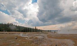 Ånga som lågt stiger av den svarta krigareHot Springs geyseren och den varma sjön i handfat för Geyser för Yellowstone nationalpa arkivbild