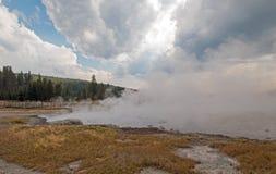 Ånga som lågt stiger av den svarta krigareHot Springs geyseren och den varma sjön i handfat för Geyser för Yellowstone nationalpa arkivfoto