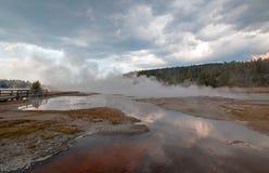 Ånga stigning av den varma sjön i den lägre Geyserhandfatet i den Yellowstone nationalparken i Wyoming USA Arkivfoto