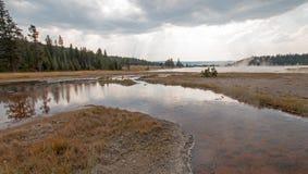 Ånga stigning av den varma sjön i den lägre Geyserhandfatet i den Yellowstone nationalparken i Wyoming USA Royaltyfri Foto