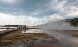 Ånga stigning av den varma sjön i den lägre Geyserhandfatet i den Yellowstone nationalparken i Wyoming USA Fotografering för Bildbyråer