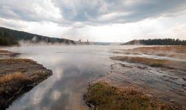 Ånga stigning av den varma sjön i den lägre Geyserhandfatet i den Yellowstone nationalparken i Wyoming USA arkivfoton
