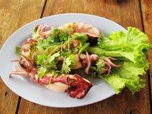 Ånga tioarmade bläckfisken med kryddig chili- och citronsås Fotografering för Bildbyråer