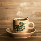 Ånga traditionellt orientaliskt kinesiskt kaffe i tappning råna och Royaltyfria Foton