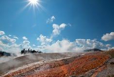 Ånga vatten kör av från den excelsior geyseren i den Yellowstone nationalparken i Wyoming Royaltyfria Foton