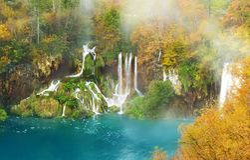 Ånga vattenfallet i Plitvice sjönationalpark, berömd touri Arkivbilder