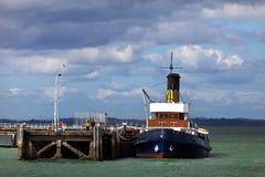 Ångabogserbåt på pir Royaltyfria Foton