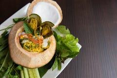 Ångad curryskaldjur i kokosnöt Arkivfoto