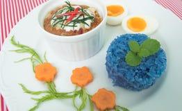 Ångad fisk med currydeg på den vita plattan Royaltyfria Bilder