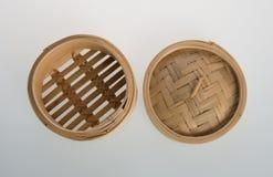 Ångad kinesisk bambu eller bambu ångade för dimsum på backgroun Royaltyfri Fotografi
