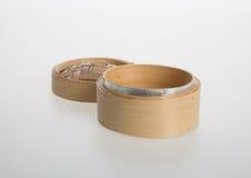 Ångad kinesisk bambu eller bambu ångade för dimsum på backgroun Arkivbild