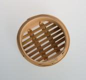 Ångad kinesisk bambu eller bambu ångade för dimsum på backgroun Arkivfoton