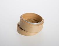 Ångad kinesisk bambu eller bambu ångade för dimsum på backgroun Arkivfoto