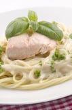 Ångad laxfilé och spagetti Arkivfoto
