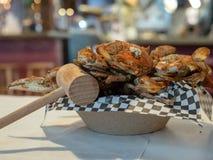 Ångade blåa krabbor för Chesapeakefjärd som täckas i smaktillsats som sitter i pappers- bunke med klubban arkivfoton
