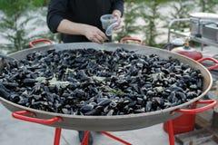 Ångade Black Sea musslor i sås med rosmarin och vitlök Arkivbilder