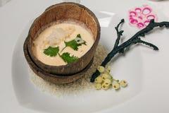 Ångade bruna klibbiga ris i kokosnöt beskjuter, thailändsk traditionell mat Royaltyfri Foto