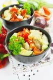 Ångade grönsaker i den keramiska krukan Arkivfoton