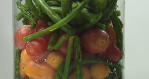 Ångade grönsaker i en glass vas Royaltyfri Fotografi