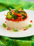 Ångade grönsaker med ris Arkivfoton