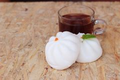 Ångade grisköttbullar, kinesisk dim sum och varmt te Royaltyfri Foto