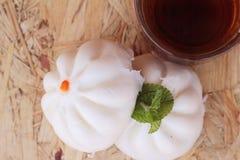 Ångade grisköttbullar, kinesisk dim sum och varmt te Arkivfoton