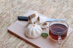 Ångade grisköttbullar, kinesisk dim sum och varmt te Arkivfoto