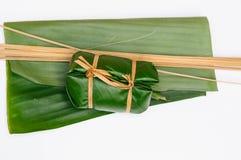 Ångade klibbiga ris för thailändsk efterrätt i bananbladet (Khao Tom Mat) Arkivfoto