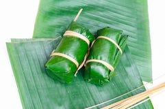 Ångade klibbiga ris för thailändsk efterrätt i bananbladet (Khao Tom Mat) Royaltyfri Bild