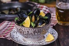 Ångade musslor i öl Arkivfoto