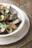 Ångade musslor i en bunke Arkivfoto