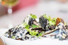 Ångade musslor i en sås för vitt vin Arkivfoton