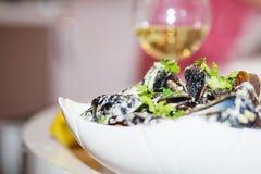Ångade musslor i ostsås Arkivbilder