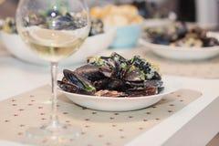 Ångade musslor i ostsås Arkivfoton