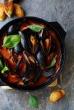 Ångade musslor i sås Royaltyfria Foton